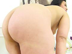 English milf CandyLips peels off her leggings and plays
